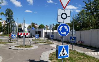 Как правильно включать поворотники на круговом перекрестке?