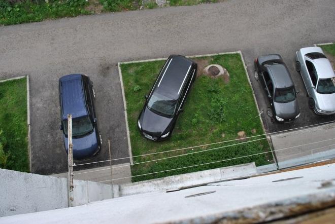 Какой штраф грозит за парковку на газоне и законно ли это?