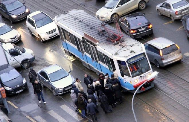 Разворот и поворот с трамвайных путей