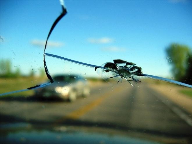 Причины трещин на лобовом стекле