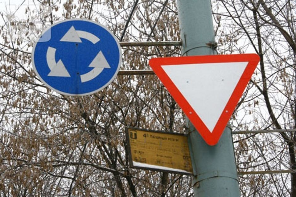 Действие знака Уступите дорогу